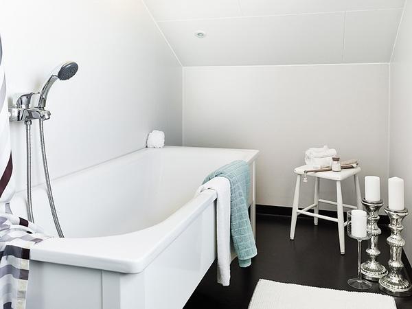 Phòng tắm cũng được thiết kế với hai màu chủ đạo đen trắng giúp căn phòng thêm thoáng rộng.