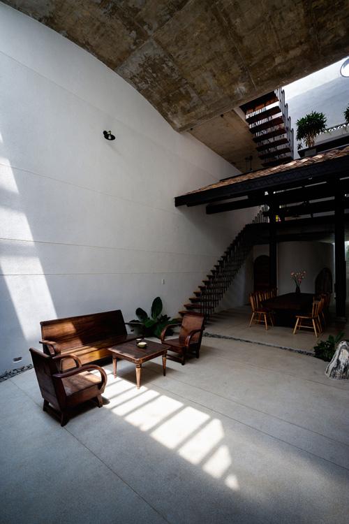 Phòng khách có vẻ là một khu vườn nhỏ trong nhà, nơi ánh sáng luôn luôn thay đổi, đây là một điểm nhấn thú vị khi chúng ta bước vào không gian này. Một trong những điểm trọng tâm của công trình này là các kiến trúc sư đã giữ lại là mái ngói - được dựng bởi người ông nội của chủ nhà khoảng 50 năm trước.