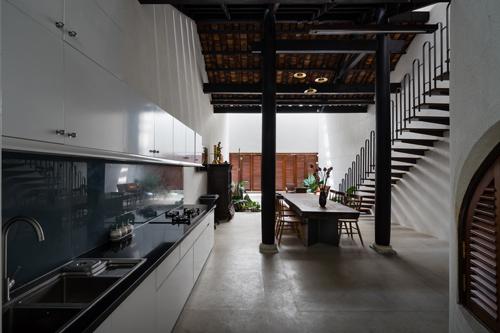 Khu vực bếp ăn vô cùng sáng sủa và rộng rãi.