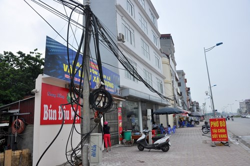 Một quán ăn mỏng đến khó tin, chiều sâu chỉ dài khoảng 60-80cm trên đoạn đường nghìn tỷ Nhật Tân - Xuân La - Bưởi- Cầu Giấy.
