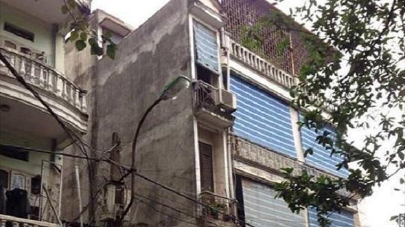 Ngôi nhà siêu mỏng nằm trên con ngõ nhỏ 102 phố Trường Chinh có hình thù khá kì lạ khi bề ngang chỉ rộng chưa đầy 1m nhưng chủ nhà vẫn xây dựng kiên cố tới 3 tầng.