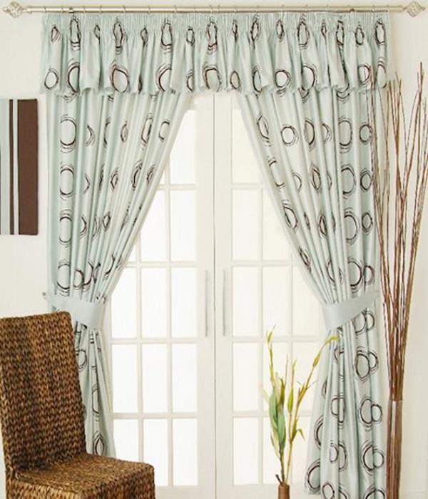 Bạn hãy treo chiếc rèm cửa cao lên, điều này tạo ra ảo giác rằng căn phòng của bạn rộng hơn rất nhiều so với thực tế.