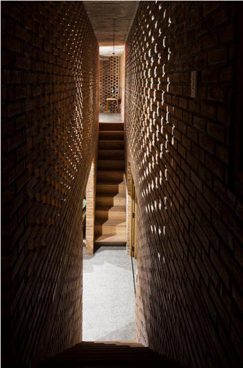 Với cách thiết kế tường gạch nung xếp xen kẽ, nắng và gió có thể nhẹ nhàng đi qua tất cả các vị trí khác nhau trong ngôi nhà.
