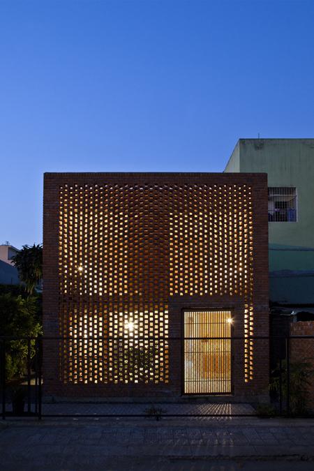 Vào buổi tối và ban đêm, ngôi nhà trông như một chiếc đèn lồng khổng lồ với những đốm sáng nhỏ hắt ra từ các lỗ trống của bức tường ở hai đầu hồi và từ các bức tường ngăn giữa các phòng.