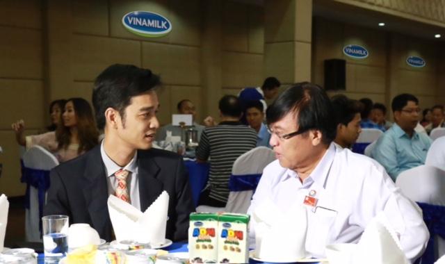 Lãnh đạo cấp cao thành phố Mandalay (áo trắng bên phải) đánh giá cao chiến lược phát triển thương hiệu Vinamilk sâu và rộng tại thị trường Myanmar