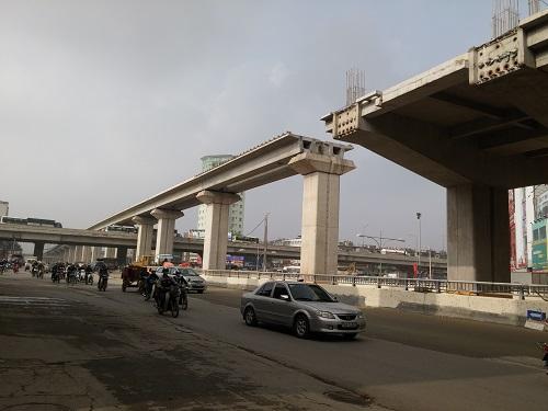 Dọc trục đường Nguyễn Trãi, dự án đường sắt trên cao Cát Linh - Hà Đông đang trong giai đoạn lắp đặt dầm vượt qua nút giao Khuất Duy Tiến.