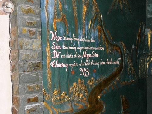 Một bức tranh tường trong nhà Ngọc Sơn cũng có lối trạm trổ khá âm u kèm theo những dòng thơ dị mà các chữ đầu được xếp thành 4 chữ: Ngọc Sơn dễ thương.