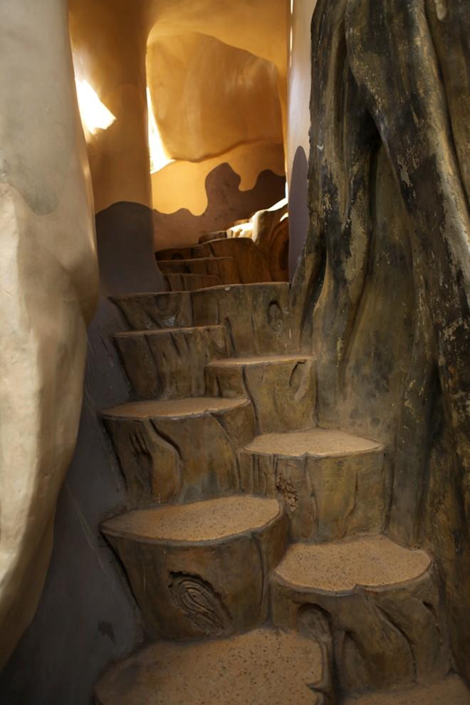 Đường đi trong Crazy House khiến ta cảm giác như đi trong những thân cây hay trong các hang động.