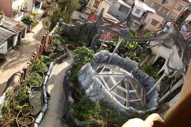Khuôn viên ngoài trời được thiết kế gần gũi với thiên nhiên.