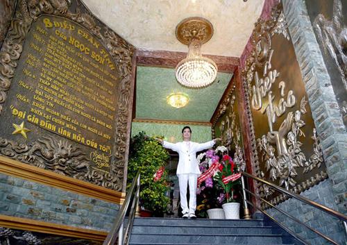 Khi bước lên cầu thang, khách dễ choáng khi thấy tấm hình ấn tượng với hàng chữ King Pop (vua nhạc pop) và kế bên là hình ảnh anh với hàng chữ Vua nhạc sến. Bên cạnh làbảng vàng những lời vàng ngọc mang tên 8 điều chân tình của Ngọc Sơn.
