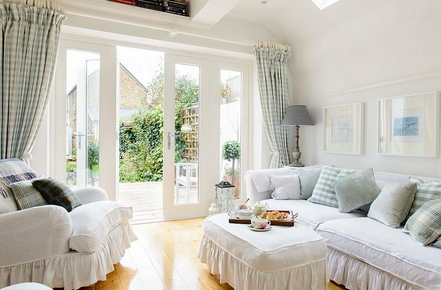 Bạn nên chọn rèm từ vải mềm và treo sát trần nhà để cho căn phòng nhẹ nhàng hơn.