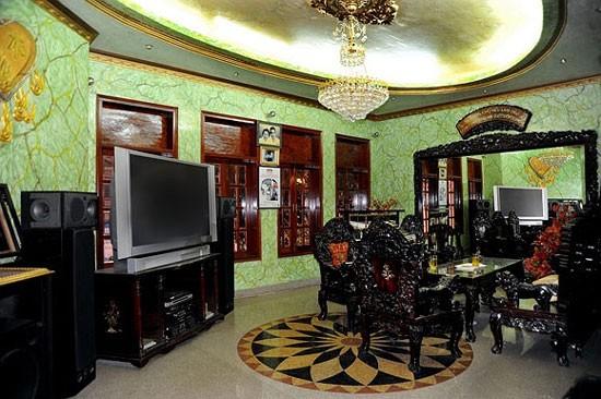 Để vào được bên trong căn biệt thự của anh khách phải qua hệ thống điều khiển tự động và vượt qua cái cổng khổng lồ.