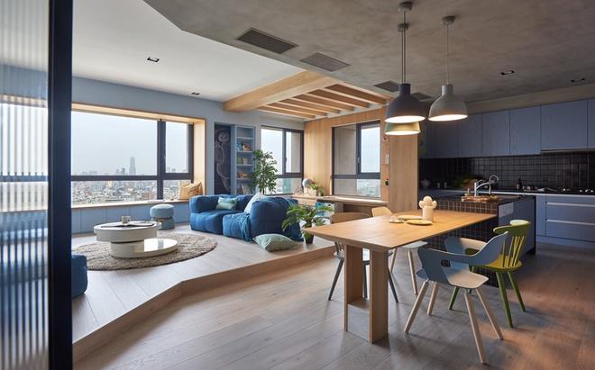 Vì nhà có trẻ nhỏ nên toàn bộ nội thất đều ít góc cạnh với ghế sofa nhồi bông, bàn café tròn thấp.