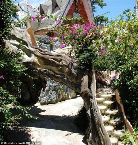Biệt thự Hằng Nga bao gồm khách sạn Hốc Cây và lâu đài Mạng Nhện, đó là hai thân cây cổ thụ làm bằng bê tông, trong đó có những gian phòng mang tên hang của các loài vật như Kangaroo, Hổ, Gấu, Trĩ, Khỉ...