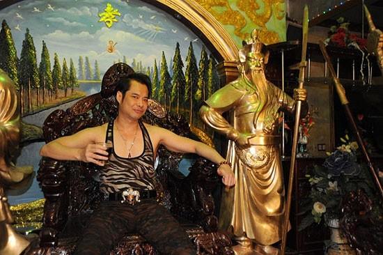 Phòng khách được Ngọc Sơn trang trí khá đặc biệt. Bên phải, anh đặt tượng Quan Công, bên trái lại có tượng Đạt ma Sư tổ giống như trong đền, chùa.