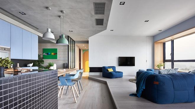 Sàn gỗ cao thấp cùng sự chuyển tiếp từ trần bê tông sang sơn trắng là nơi phân chia các không gian trong phòng.