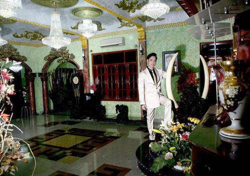 Cách trang trí nội thất của Ngọc Sơn khiến nhiều người bị choáng bởi nó rất khác người và lạ đời.