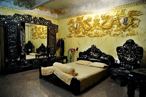Phòng ngủ của Ngọc Sơn được trang trí bằng những hoạ tiết rồng rất cầu kỳ. Chiếc giường ngủ bằng gỗ cũng được trạm trổ khá uy nghi.