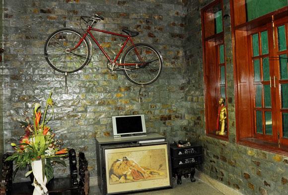 Chiếc xe đạp thủa cơ hàn được treo ở vị trí trang trọng như một kỷ vật của anh một thời gian khó