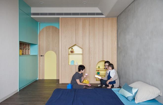 Phòng ngủ của con được trang trí với màu xanh, vàng cùng chiếc giường thấp đảm bảo an toàn cho bé.