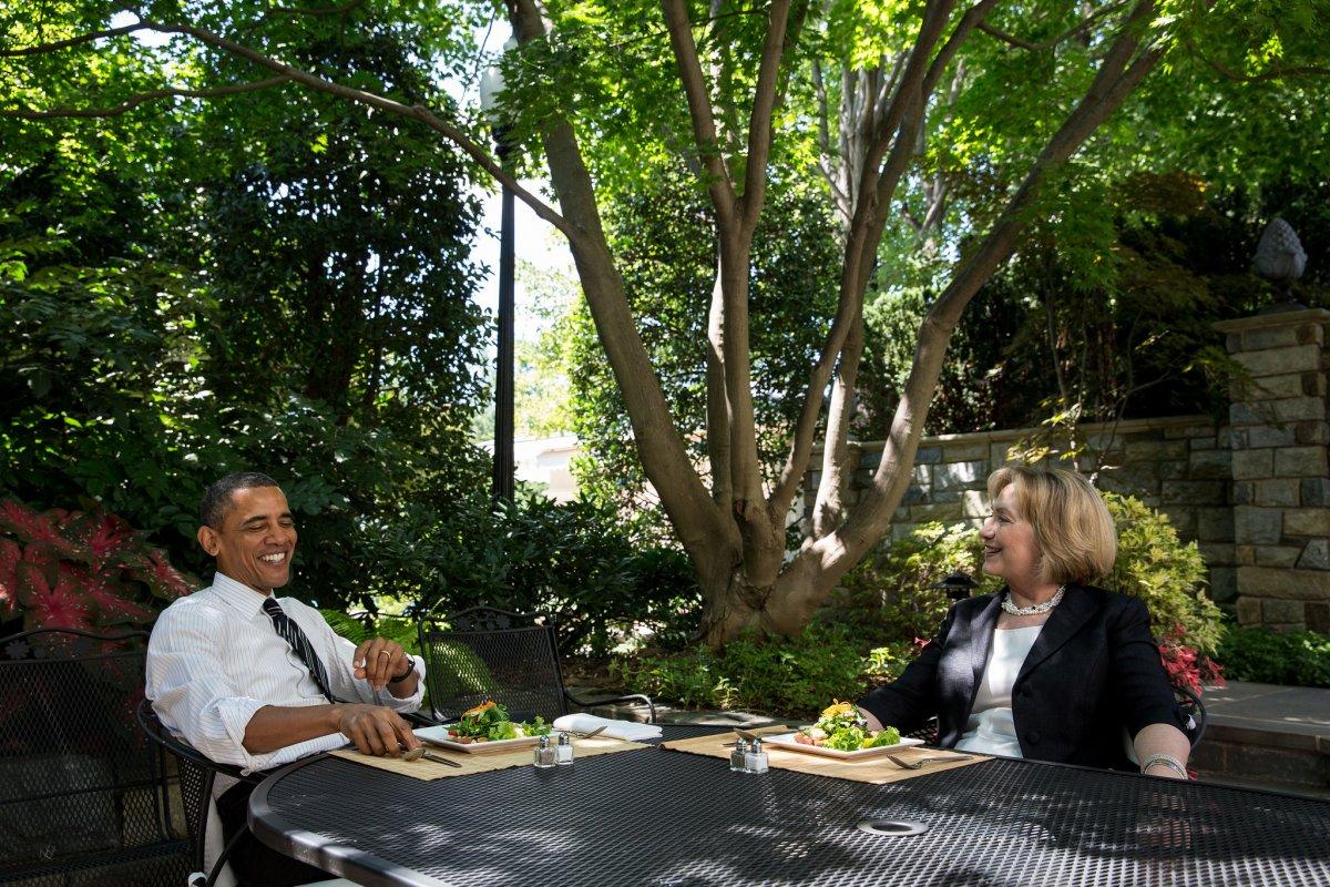 Tổng thống Obama và bà Clinton cùng ăn trưa tại sân trong văn phòng bầu dục tháng 7/2013. Ảnh: Nhà Trắng