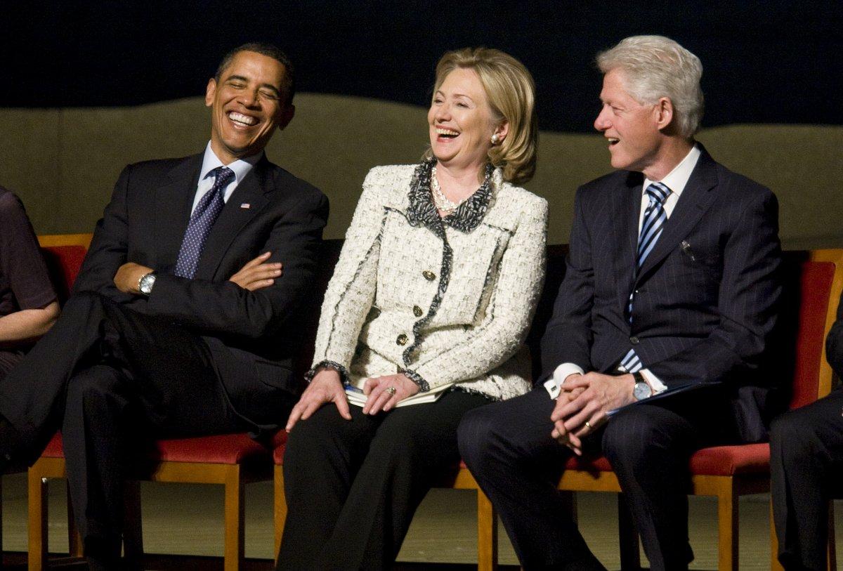 Tổng thống Obama ngồi cạnh gia đình ông bà Clinton trong buổi lễ Memorial service tại Kennedy Center tháng 1/2011. Ảnh Kristoffer Tripplaar-Pool/Getty Images