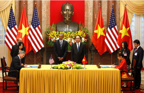 Chủ tịch kiêm CEO hãng Boeing Commercial Airplanes Ray Corner và CEO VietJet Nguyễn Thị Phương Thảo ký hợp đồng mua 100 máy bay Boeing B737 MAX 200