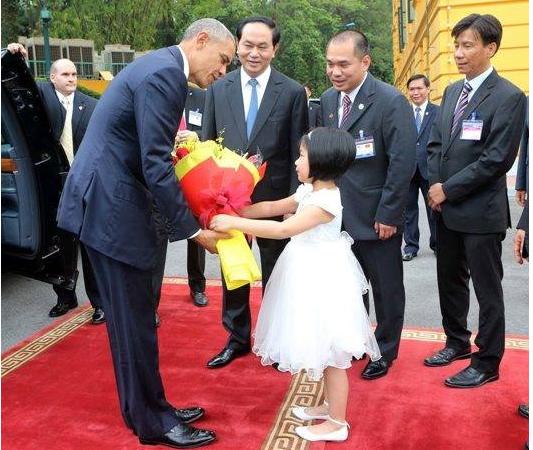 Bé Phương Linh - học sinh lớp 1 trường Nguyễn Siêu - tặng hoa Tổng thống Obama tại Phủ Chủ tịch