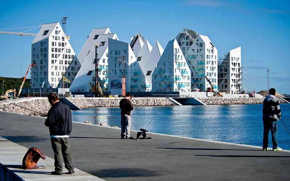 Các căn nhà tại đây có kiến trúc đặc biệt để tối ưu hoá tầm nhìn và lấy được ánh sáng tự nhiên một cách tốt nhất, các toà nhà được cắt tỉa để tạo thành các chóp nhọn.