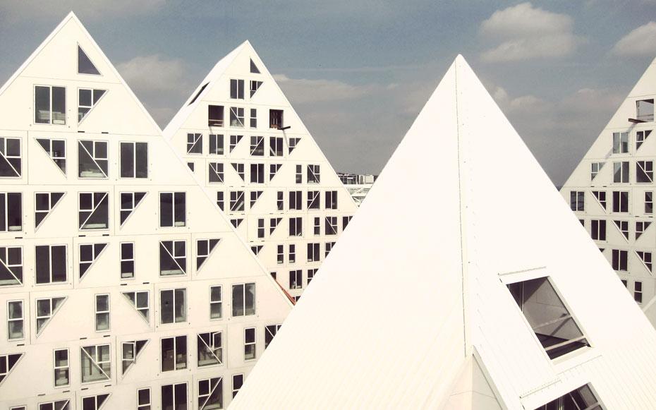 Vì hình dáng thay đổi từ thấp lên cao như những tảng băng trôi, nên công trình chỉ có hai tầng dưới là có các căn hộ theo kiểu truyền thống, với không gian hình hộp chữ nhật (townhouses), các phần còn lại là các phòng với nhiều hình dạng khác nhau.
