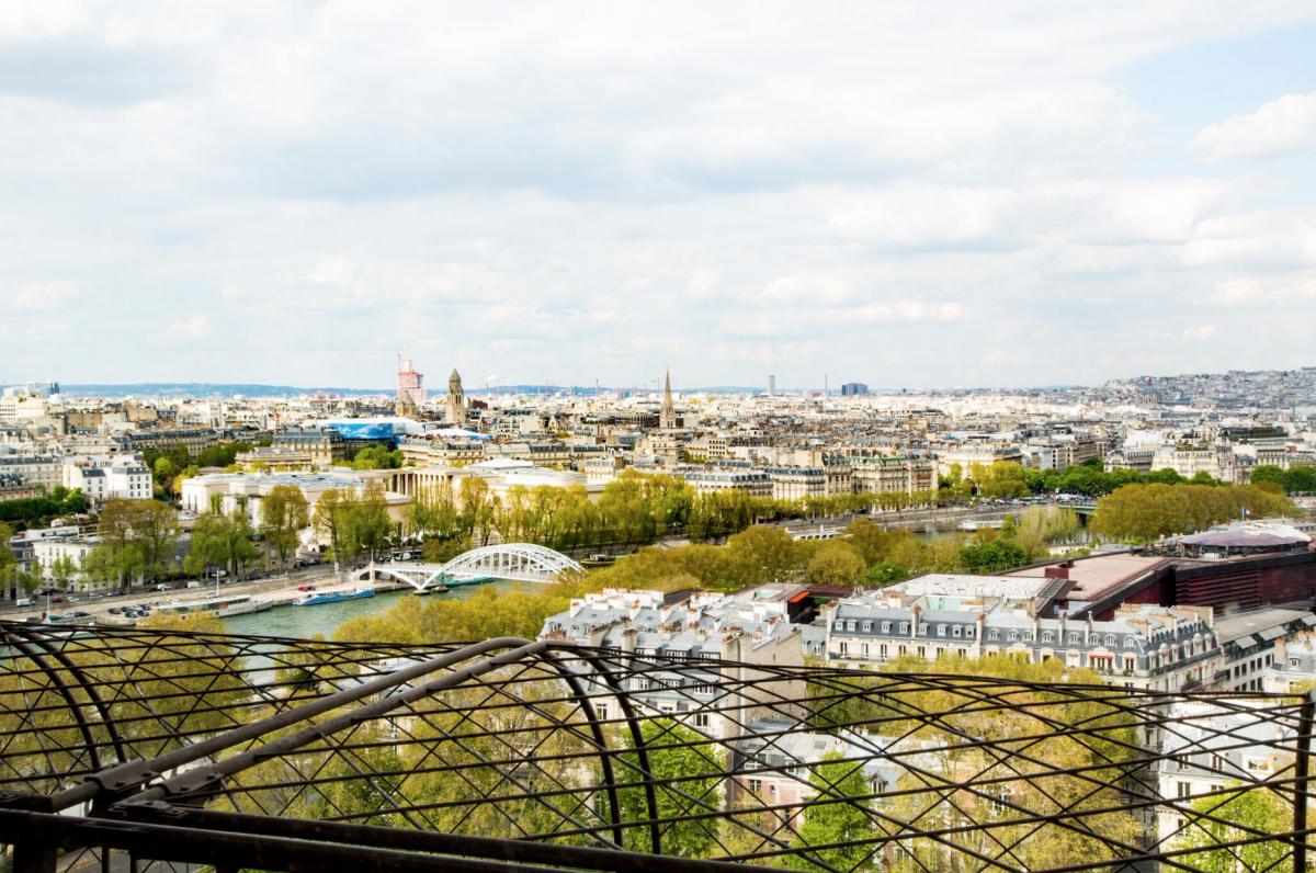 Vẻ đẹp thơ mộng của Paris nhìn từ bên trong căn hộ. Ảnh: HomeAwway