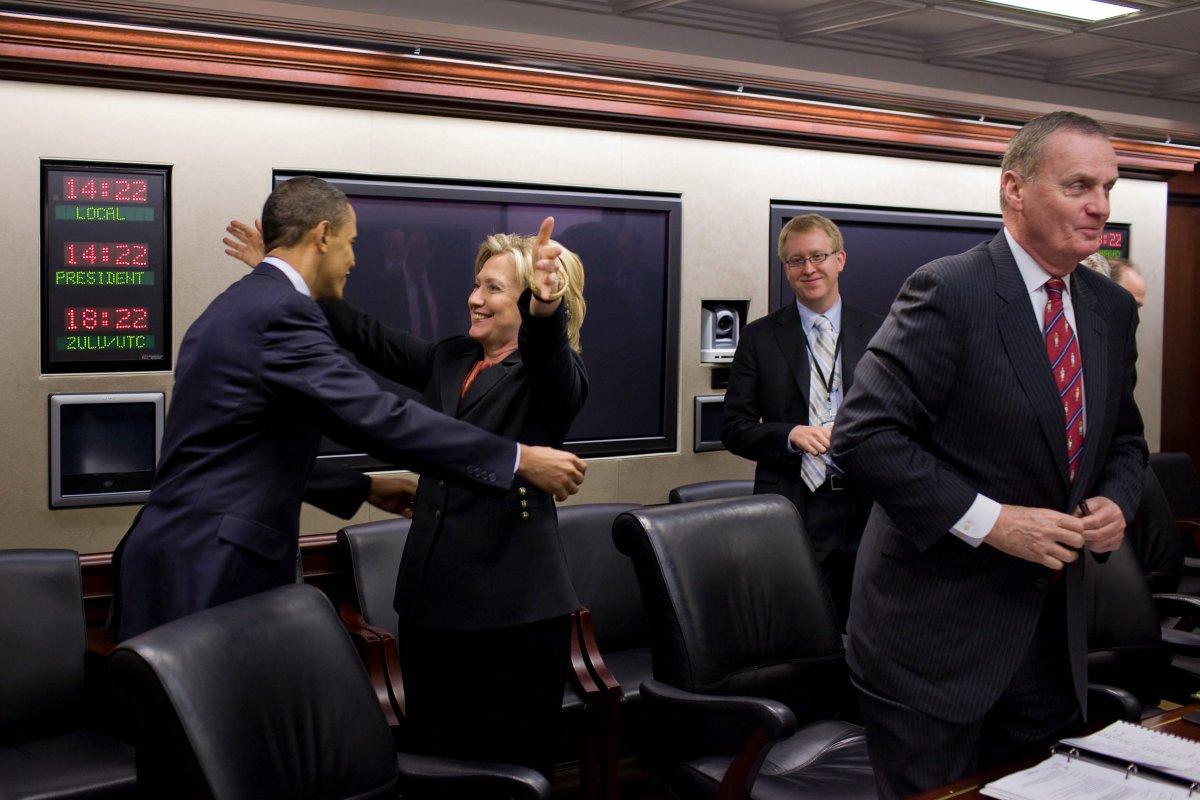 Bà Clinton chúc mừng ông Obama sau khi ông thành công thông qua luật chăm sóc sức khỏe cộng đồng trước cuộc họp tại Nhà Trắng tháng 3/2010. Ảnh: Nhà Trắng