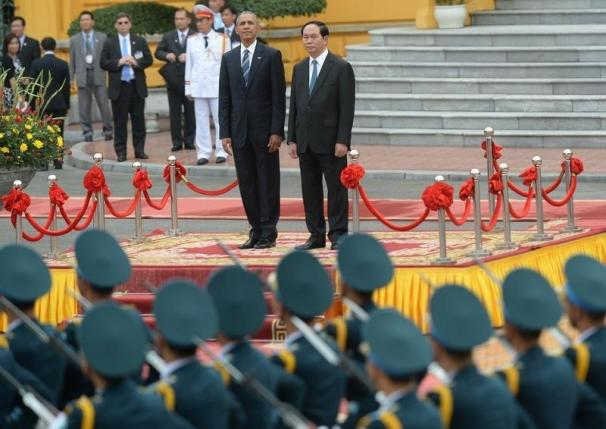 Tổng thống Obama và Chủ tịch nước Trần Đại Quang ngắm đoàn diễu binh trong buổi lễ tiếp đón tại Phủ Chủ tịch sáng nay (Ảnh: Reuters)