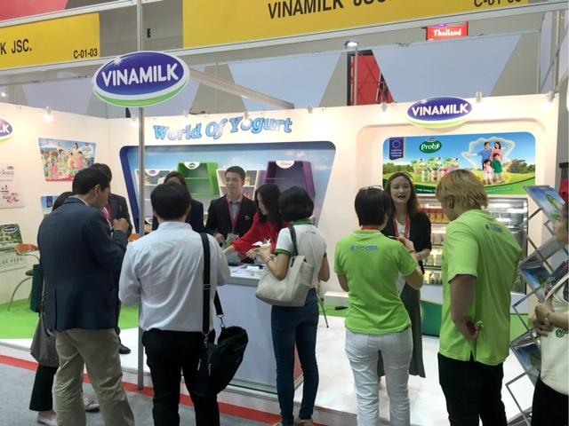 Gian hàng sữa chua với chủ đề World of Yogurt của Vinamilk nổi bật tại hội chợ Thaiflex và thu hút đông đảo sự chú ý, quan tâm của khách hàng, báo giới