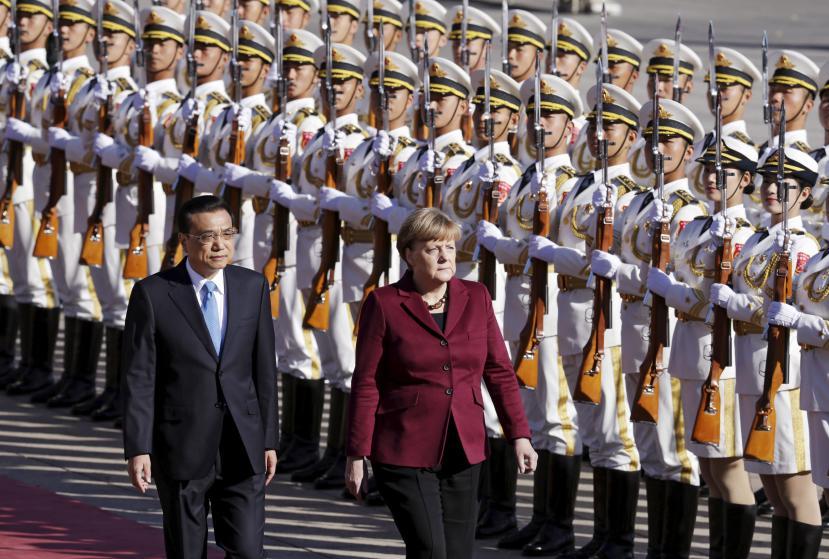 Thủ tướng Lý Khắc Cường và Thủ tướng Angela Merkel tại lễ đón chào bên ngoài Đại sảnh đường nhân dân Bắc Kinh. Ảnh: Reuters
