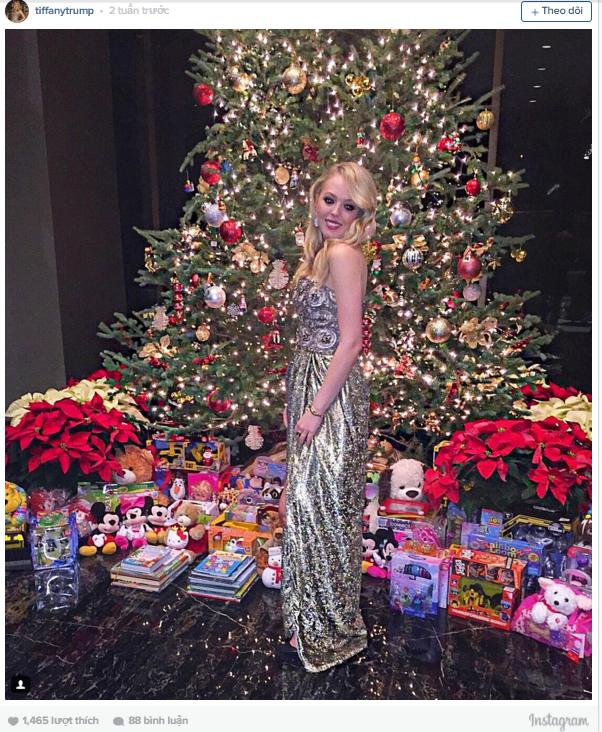 Tiffany Trump, con gái của tỷ phú Donald Trump, chụp ảnh trước cây thông khổng lồ với rất nhiều quà tặng trong căn nhà của gia đình cô.