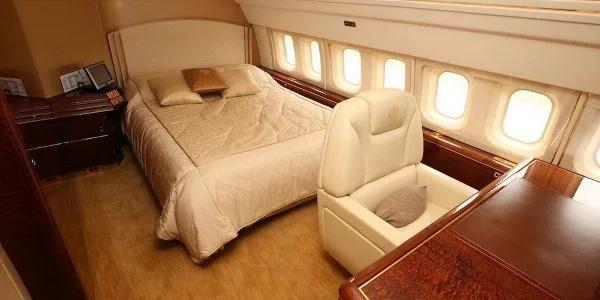 Ông Trump có cả một phòng ngủ riêng trên máy bay. Ngay cả ở dưới mặt đất thì phòng ngủ như thế này cũng là điều đáng mơ ước đối với nhiều người. Ảnh: TTB