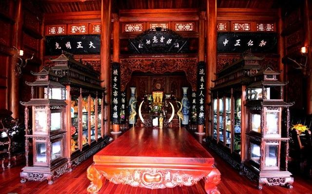 Toàn bộ hệ tủ được khảm trai, bàn ghế được làm từ gỗ quý.