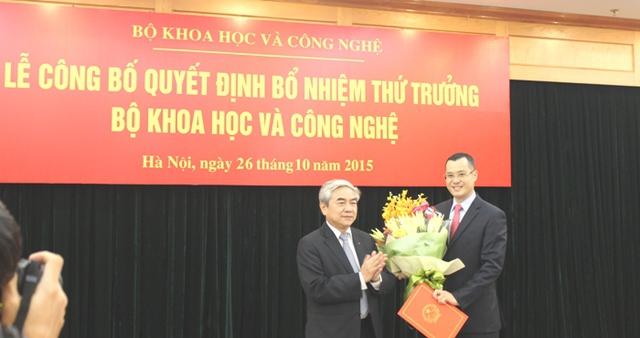 Bộ trưởng Nguyễn Quân tặng hoa chúc mừng tân Thứ trưởng