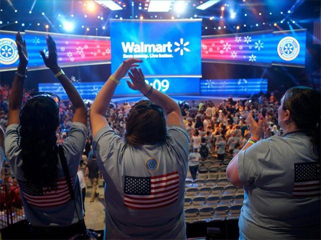 """1. Wal-Mart</p></div><div></div></div><p>&nbsp;</p><p><i>Doanh thu năm 2014: 485,62 tỷ USD</p><p>Số nhân viên: 2,2 triệu</i></p><p>Với 11.500 cửa hiệu ở 28 quốc gia, quy mô """"khủng"""" của Wal-Mart là điều không ai có thể phủ nhận. Tập đoàn bán lẻ này được 90/100 điểm về ảnh hưởng trên mạng xã hội và là một trong những thương hiệu bán lẻ đắt giá nhất sau hai """"đế chế"""" thương mại điện tử Alibaba và Amazon.</p><p>Wal-Mart cũng là nhà sử dụng lao động lớn nhất ở Mỹ. Năm nay, hãng này tuyên bố sẽ tăng lương cho 500.000 người trong tổng số 1,4 triệu nhân viên của hãng ở Mỹ.Wal-Mart đứng ở vị trí số 1 trong xếp hạng 500 công ty lớn nhất thế giới của tạp chí Fortune."""