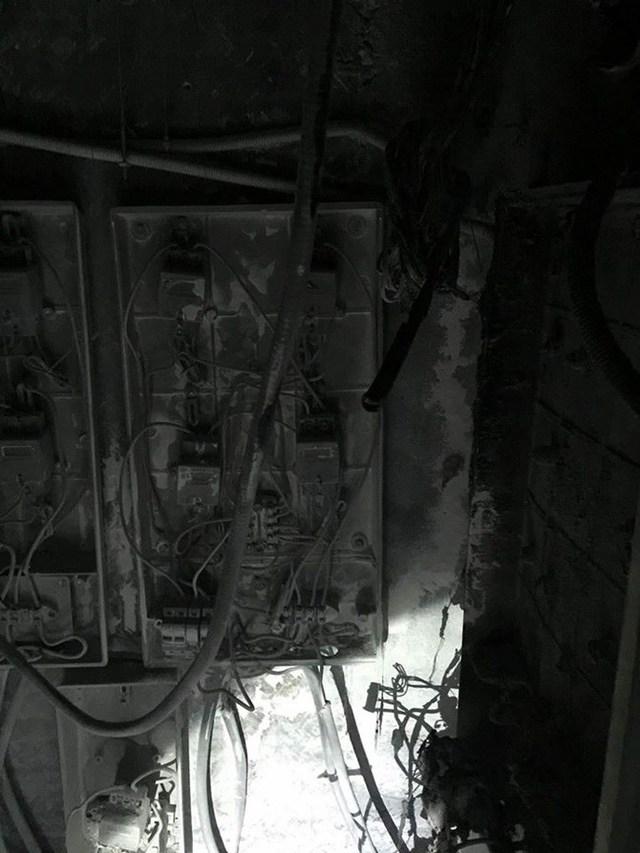 Tủ điện tầng kỹ thuật tòa B CT5 khu đô thị Xa La (Hà Đông, Hà Nội) bị cháy rụi.