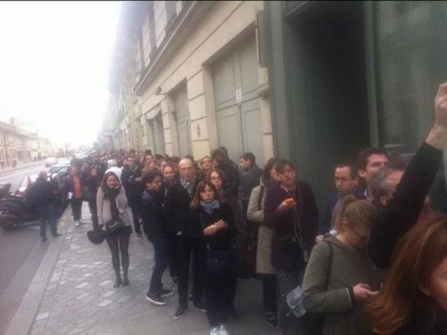 Người dân Paris xếp hàng hiến máu khắp nơi trong thành phố để cứu chữa cho các nạn nhân bị thương trong vụ khủng bố - Ảnh: Reuters.</p></div><div></div></div><p>&nbsp;</p><p>