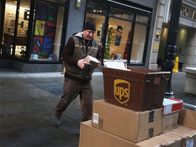 8. UPS</p></div><div></div></div><p>&nbsp;</p><p><i>Doanh thu năm 2014: 58,2 tỷ USD</p><p>Số nhân viên: 237.300</i></p><p>Công ty đóng gói-giao hàng lớn nhất thế giới đã giao 4,8 tỷ gói hàng và tài liệu tại hơn 220 quốc gia và vùng lãnh thổ trong năm 2014. Sau khi bị chỉ trích vì không giao đúng hạn hàng triệu gói hàng trong mùa nghỉ lễ năm 2013, UPS đã thuê thêm nhân viên mùa vụ và mở các trung tâm vận chuyển mới.</p><p>Điểm số về ảnh hưởng trên mạng xã hội 80/100 mà Klout dành cho UPS không phải là cao, nhưng vẫn cao hơn điểm số 72/100 dành cho đối thủ FedEx - Nguồn: Business Insider.</p><p>