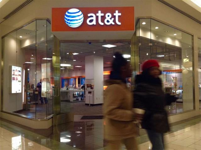 """6. AT&amp;T</p></div><div></div></div><p>&nbsp;</p><p><i>Doanh thu năm 2014: 131,6 tỷ USD</p><p>Số nhân viên: 250.730</i></p><p>Tập đoàn viễn thông AT&amp;T hiện là nhà cung cấp dịch vụ truyền hình trả tiền lớn nhất ở Mỹ nhờ vụ sáp nhập 48,5 tỷ USD mới đây với Direct TV. Mạng LTE 4G của AT&amp;T có hơn 300 triệu người sử dụng.</p><p>AT&amp;T được Klout dành cho điểm số 91/100 về ảnh hưởng trên truyền thông xã hội, nhờ có 691.000 người theo dõi trên Twitter và 5,7 triệu lượt """"thích"""" (like) trên Facebook. AT&amp;T cũng là công ty viễn thông duy nhất lọt vào danh sách những công ty được ngưỡng mộ nhất của tạp chí Fortune - Nguồn: Business Insider.</p><p>"""
