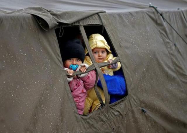 Những đứa trẻ di cư nhìn ra bên ngoài từ một căn lều trong khu trại di cư ở Opatovac, Croatia ngày 19/10.</p></div><div></div></div><p> </p><p>Nỗ lực của Slovenia và Hungary nhằm ngăn dòng người di cư đã dẫn tới hiệu ứng domino ở các nước vùng Balkan. Croatia bắt đầu cản trở những người di cư mới đến, trong khi Serbia nói có thể sẽ áp dụng cách làm tương tự ở biên giới với Macedonia. Chỉ riêng trong ngày đầu tuần, có tới 6.000 người di cư vào Serbia - Ảnh Reuters.