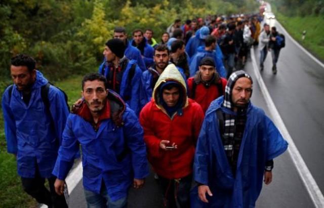 Một đoàn người di cư di chuyển ở Babska, Croatia, gần biên giới với Serbia ngày 19/10. Theo Cao ủy Liên hiệp quốc về người tị nạn (UNHCR), hiện có 10.000 người tị nạn đang bị kẹt ở Serbia, và một lượng lớn nữa đang đổ tới nước này - Ảnh: Reuters.</p></div><div></div></div><p> </p><p>