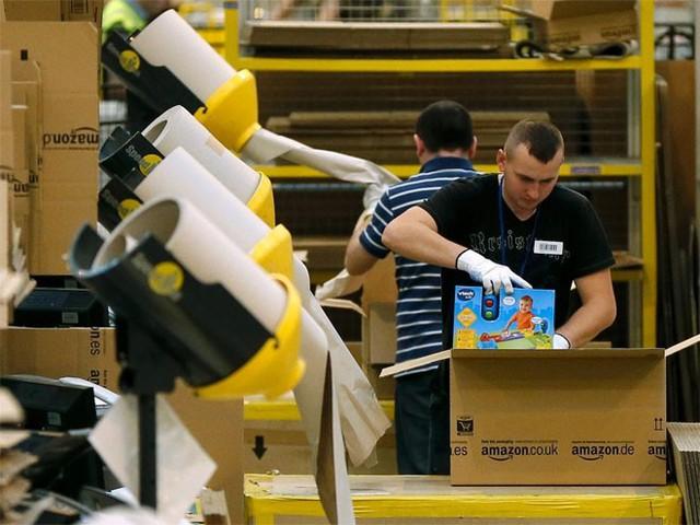 4. Amazon</p></div><div></div></div><p>&nbsp;</p><p><i>Doanh thu năm 2014: 88,99 tỷ USD</p><p>Số nhân viên: 154.100</i></p><p>Là trang thương mại điện tử lớn nhất ở Mỹ, Amazon mới đây đã vượt qua chuỗi siêu thị Wal-Mart để trở thành bán lẻ có giá trị vốn hóa thị trường lớn nhất ở Mỹ.</p><p>Ngoài ra, Amazon cũng đã mạnh dạn nhảy vào những lĩnh vực mới như sách điện tử, máy tính bảng và dịch vụ Amazon Instant Video. Amazon được Klout dành cho 99/100 điểm về ảnh hưởng trên mạng xã hội - Nguồn: Business Insider.