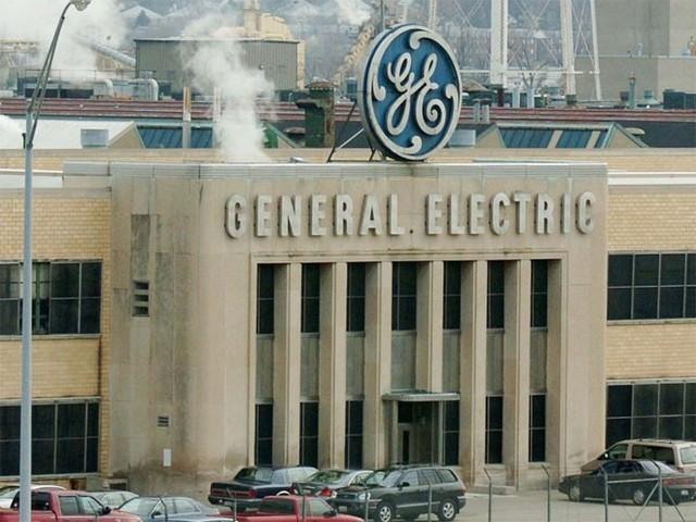3. General Electric (GE)</p></div><div></div></div><p>&nbsp;</p><p><i>Doanh thu năm 2014: 72,61 tỷ USD</p><p>Số nhân viên: 347.000</i></p><p>Với hơn 16 bộ phận và hàng trăm nghìn nhân viên trên toàn cầu, GE có ảnh hưởng tới hầu như mọi phương diện của cuộc sống thường nhật. Từ thiết bị chiếu sáng cho tới đồ gia dụng và động cơ máy bay, GE không ngừng sáng tạo. Điểm về ảnh hưởng của GE trên truyền thông xã hội cũng khá cao, 91/100 điểm - Nguồn: Business Insider.