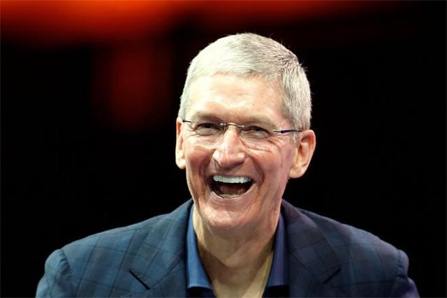 """3. Tim Cook</p></div><div></div></div><p></p><p><i>Chức vụ: CEO tập đoàn công nghệ Apple</i></p><p>Kể từ khi Tim Cook tiếp quản ghế CEO Apple từ người tiền nhiệm nổi tiếng Steve Jobs, giá trị vốn hóa của """"quả táo"""" đã tăng gấp đôi, lợi nhuận tiếp tục lập kỷ lục, dự trữ tiền mặt ngày càng lớn, và ảnh hưởng của hãng cũng không ngừng gia tăng.</p><p>"""