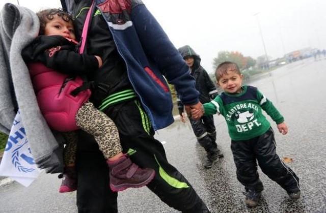 """Trong số những người di cư đang mắc kẹt trong lạnh giá ở châu Âu, có nhiều trẻ em.</p></div><div></div></div><p> </p><p>Châu Âu đang chia rẽ sâu sắc về cách thức giải quyết cuộc khủng hoảng di cư. Chính phủ cánh tả của Hungary nói người di cư chủ yếu theo đạo Hồi có thể tạo ra nguy cơ đối với sự thịnh vượng và an ninh của châu Âu, cũng như các """"giá trị Thiên chúa giáo"""". Hungary đã đóng cửa biên giới với Serbia và Croatia bằng một hàng rào thép và quy định mới từ chối quyền tìm kiếm sự bảo vệ của người di cư - Ảnh: Reuters."""